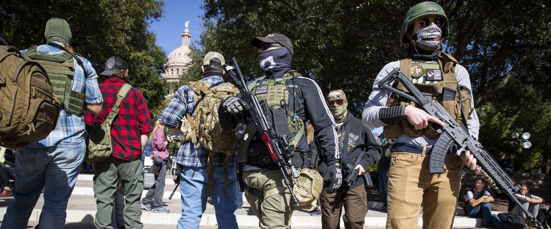 Les membres d'une milice armée protestent contre l'élection de Joe Biden en face du capitole texanà Austin, le 17 janvier 2021. | Matthew Bush / AFP