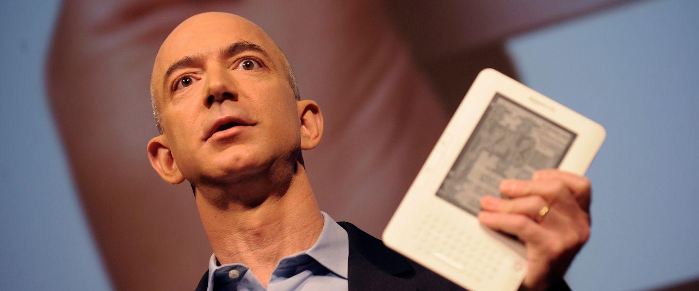 Jeff Bezos (et son très long cou) présentant le Kindle 2 à la presse, en 2009. |Emmanuel Dunand / AFP