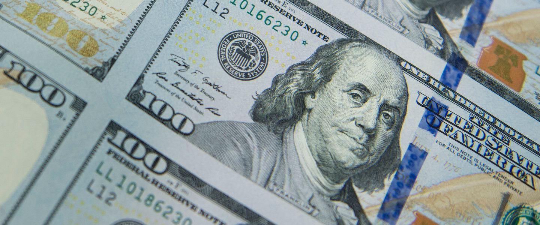 Certain·es analystes prophétisent la chute du dollar de son piédestal international.  Brendan Smialowsky / AFP