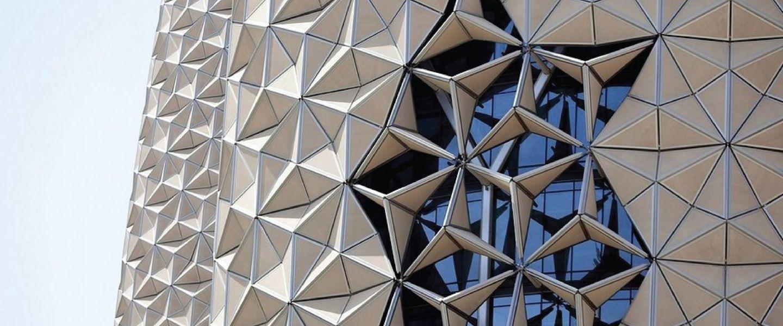 La façade des toursAl Bahar à Abu Dhabi, dont les panneaux se meuvent en fonction du soleil.   Tile Select