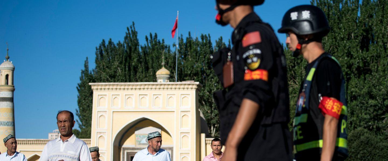 Des policiers surveillent la mosquée Id Kah, en 2017. | Johannes Eisele / AFP