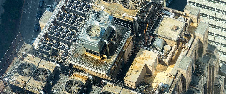 Vue aérienne, et édifiante, du système d'aération et de climatisation d'un gratte-ciel traditionnel.   Sergei Akulich via Unsplash